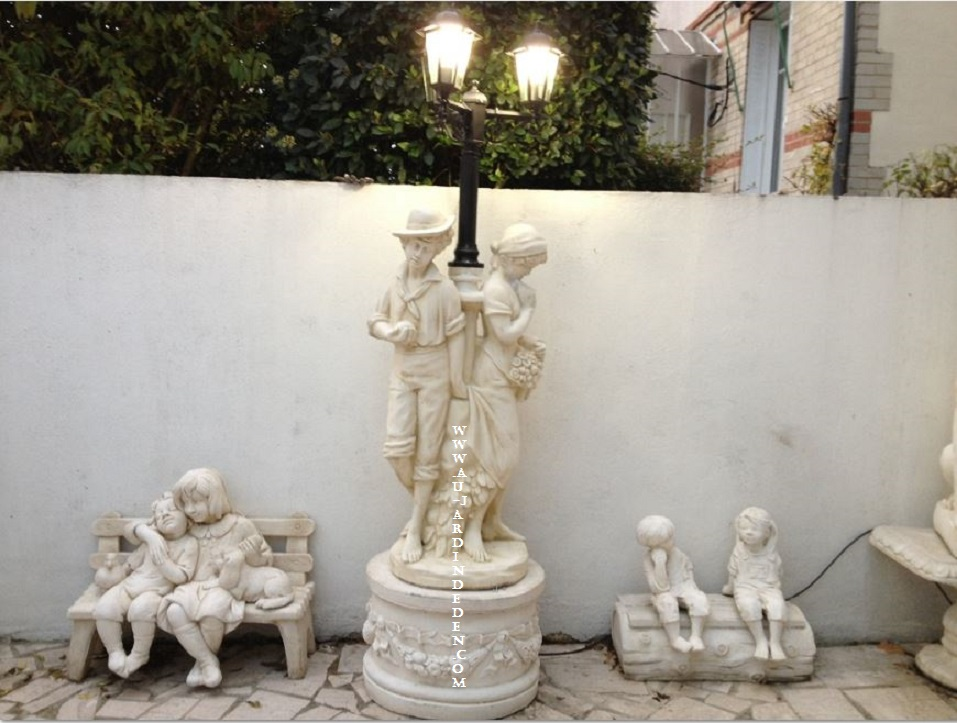 lampadaire de jardin en pierre couple a au jardin d 39 eden. Black Bedroom Furniture Sets. Home Design Ideas