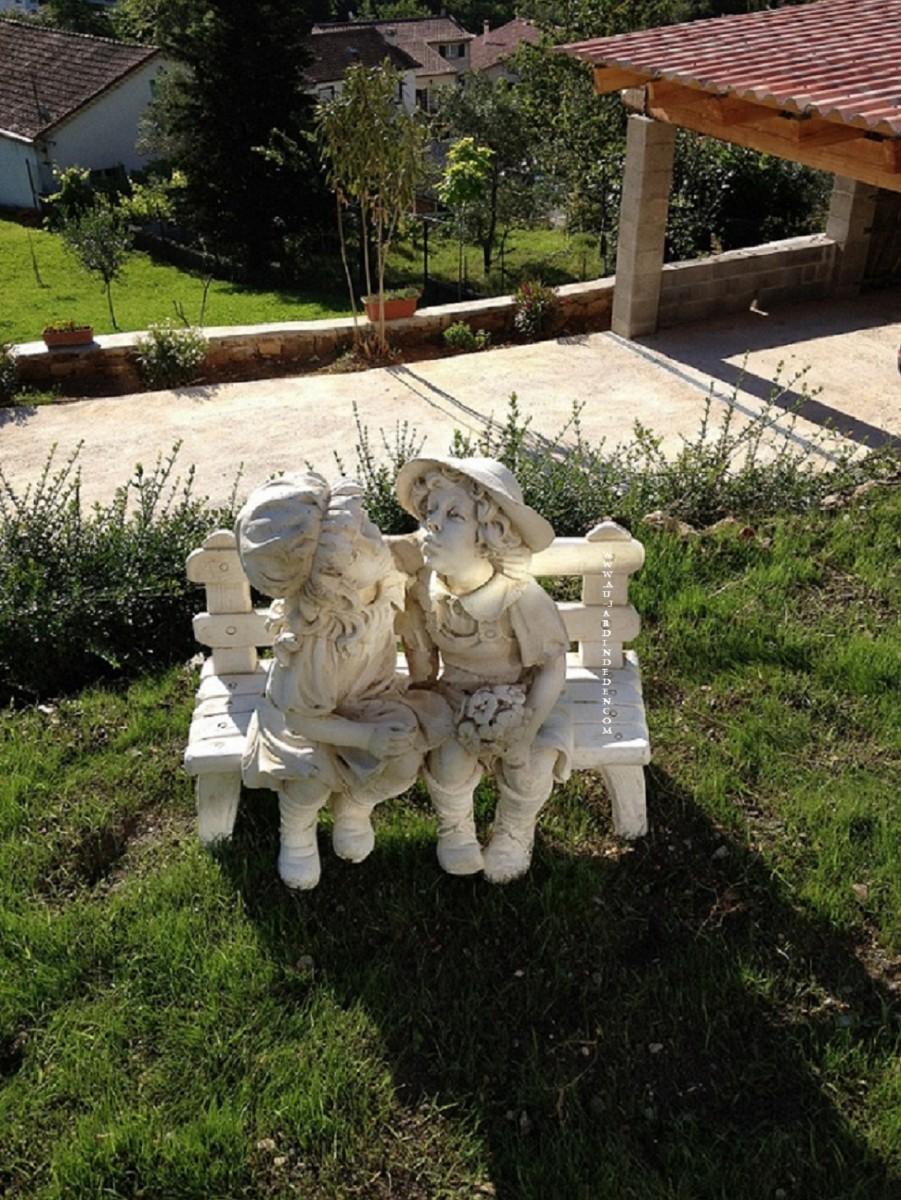 Statue En Pierre Enfants Assis Sur Le Banc Laura Et Maria A Au