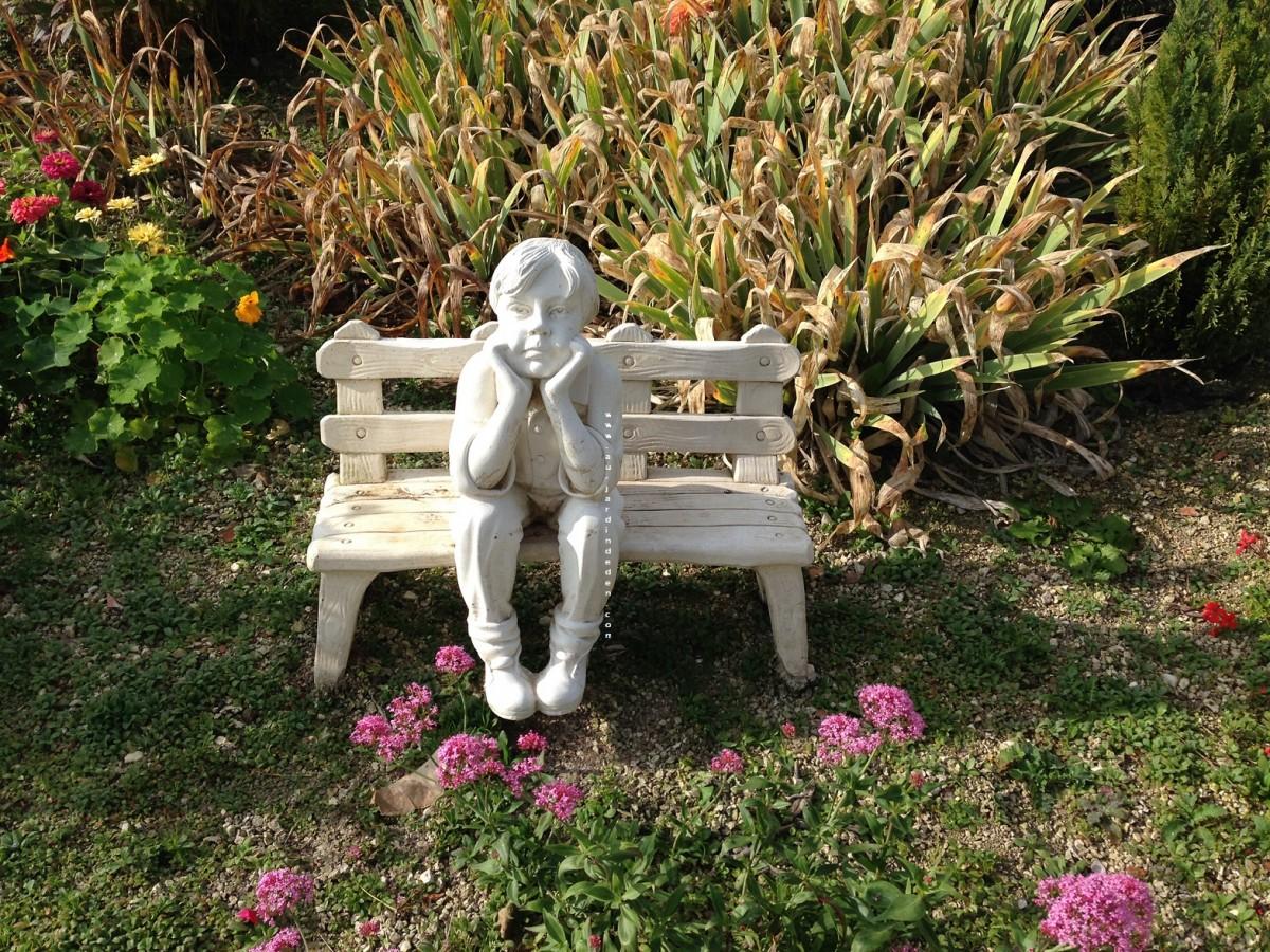 statue en pierre miguel assis sur le banc pensif au jardin d 39 eden. Black Bedroom Furniture Sets. Home Design Ideas
