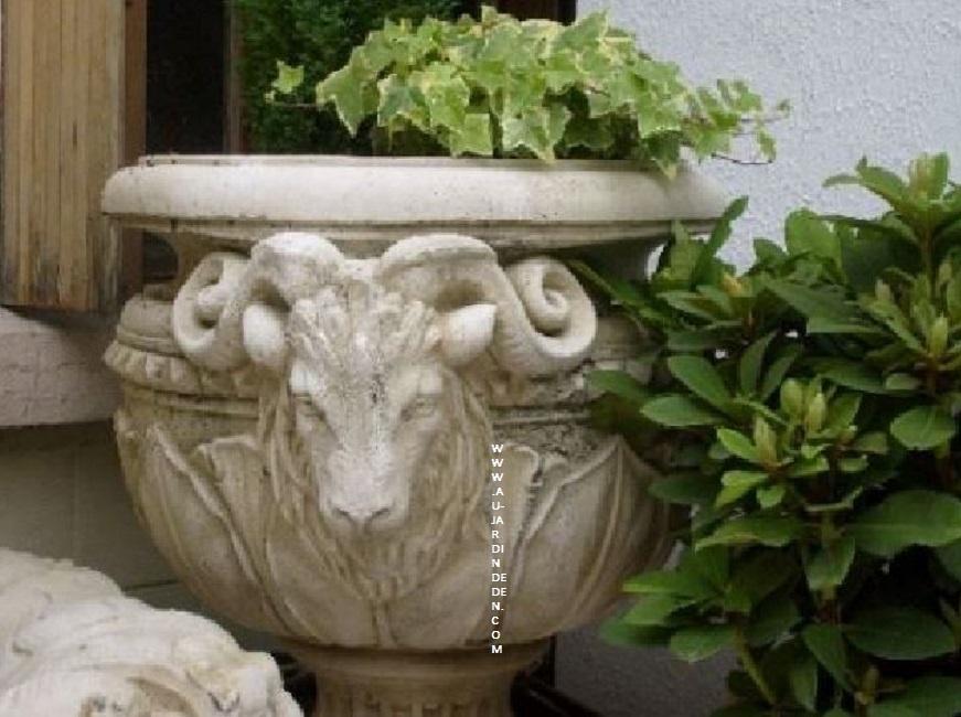Vase en pierre reconstituee aux tete beliers au jardin d - Vase en pierre jardin ...