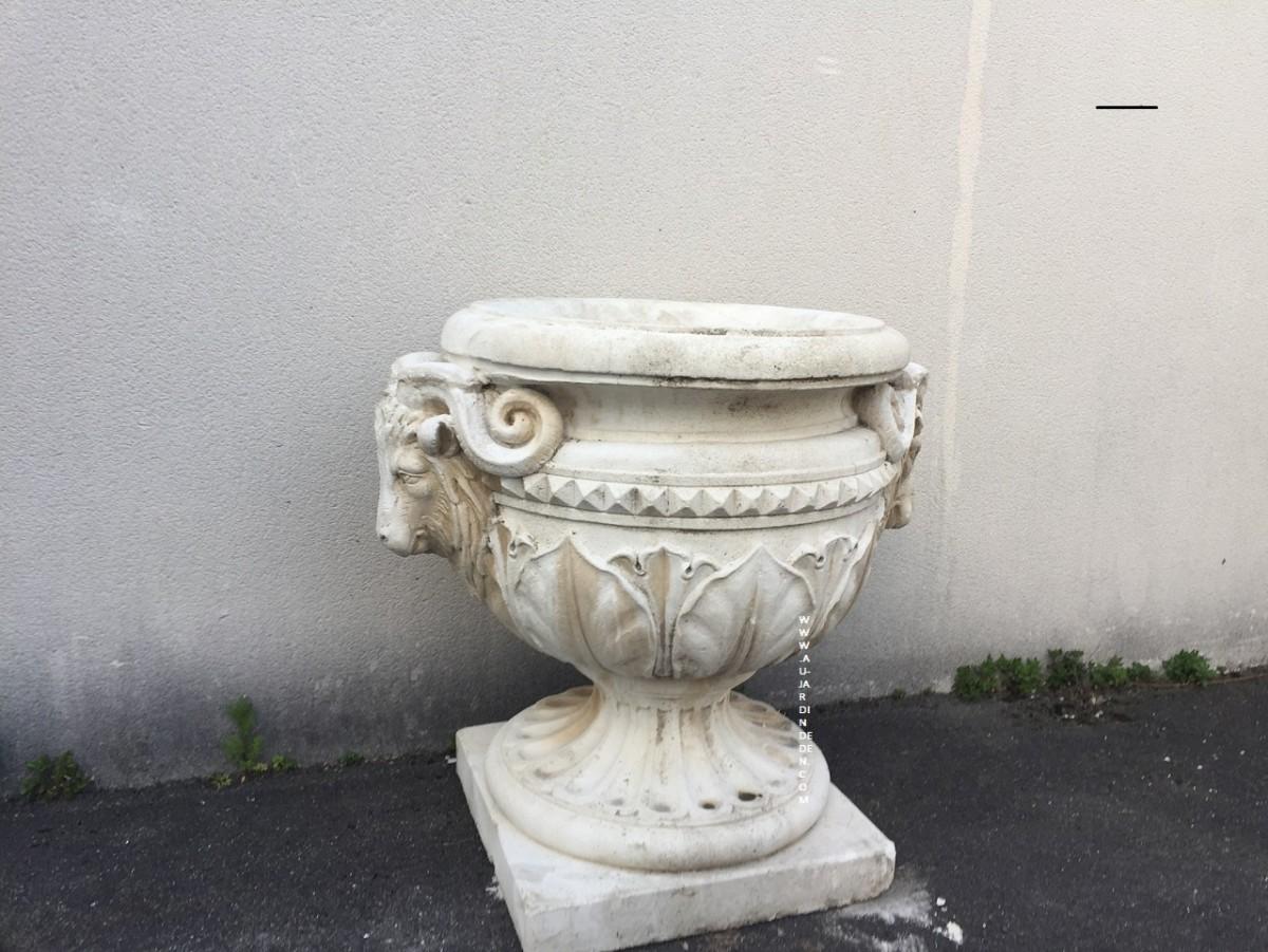 vase en pierre reconstituee aux tete beliers au jardin d 39 eden. Black Bedroom Furniture Sets. Home Design Ideas